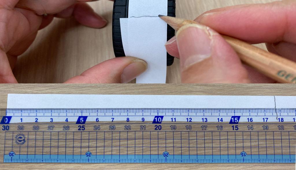 タイヤを紙で測る